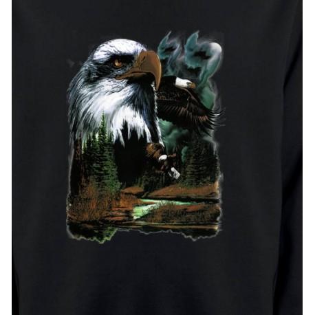 Aigle royal dans la forêt